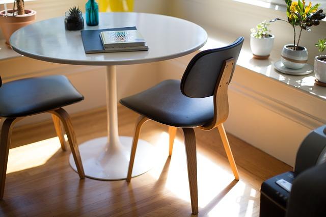 židle u stolku