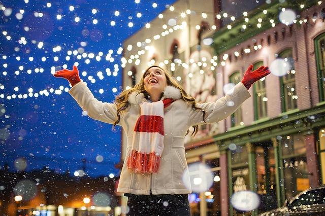šťastná žena ze sněhu
