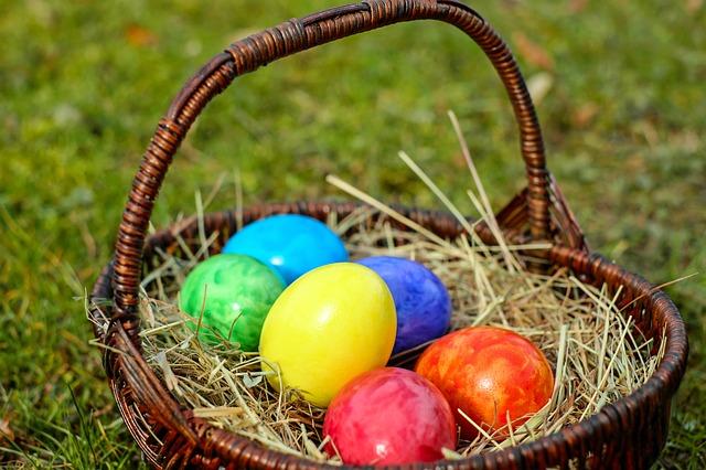barevné vejce v košíku