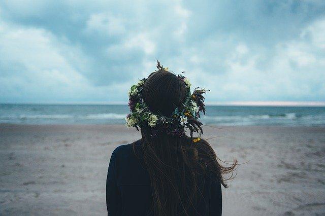 žena u moře s věncem na hlavě